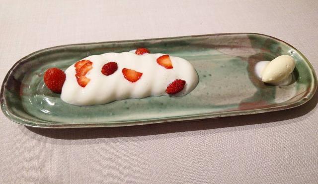 Fresas de cultivo propio, xantillí de mucílago y helado de nata madurada