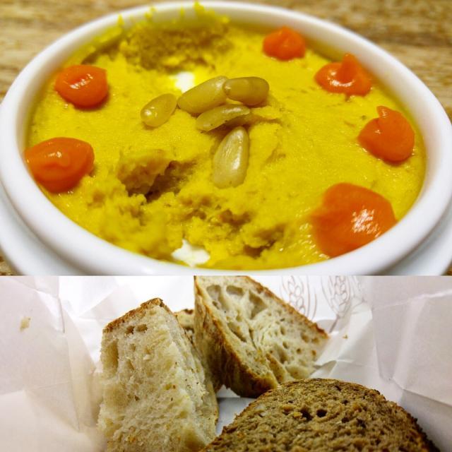 Hummus y panes artesanos