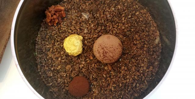 Macaron, trufa al ron, pepita de oro, piedra de almendra