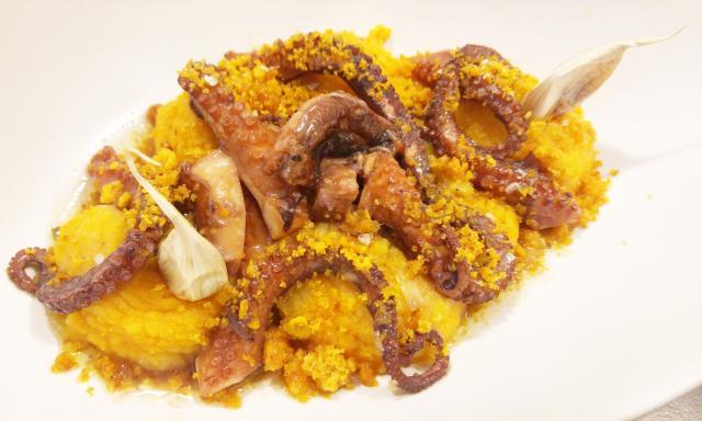 Pulpo de roca de Castellón confitado con ajos, y crema de patata con pimentón de