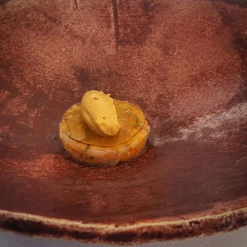 Gamba roja en tartar, mouse y bisque