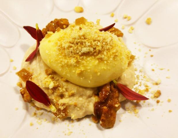 Nueces caramelizadas, crema de galleta, chocolate blanco y gominolas de jengibre