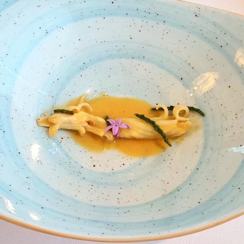 Espardeña con sopa de ajo y salicornia