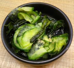 Ensalada de pepino encurtido con alga wakame y sésamo