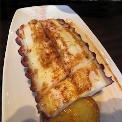 Pulpo a la plancha con patatas al aceite y pimentón