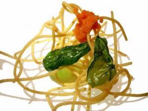 Espagueti, tomate e albahaca