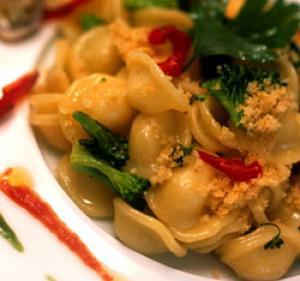 Orecchiette e broccoli con tartufi di mare pane raffermo colatura di alici e pom