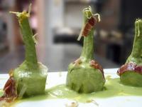 Alcachofas salteadas en aceite de jamón, ajetes frescos y jamón confitado, ligad