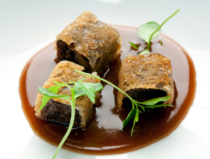 Raviolis Crujientes de Rabo de Vaca y Pan de Maíz con Caldo de Legumbres