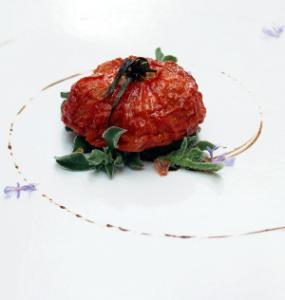 Tomate Pasificado, Hierba del Rocío, Aceite de Enebro, Jugo de Tomate y Flor de