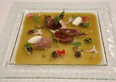 Ensalada gelatinosa de paloma y pichón, con castañas ahumadas, hongos y vinagret