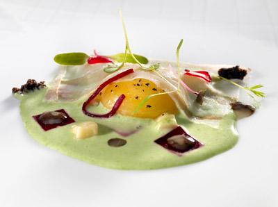 Huevo de caserío con remolacha a la ensalada líquida de hierbas con carpaccio de