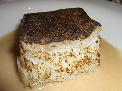 Tako de bacalao asado bajo la llama, servido con una sopa rustica de pan sopako