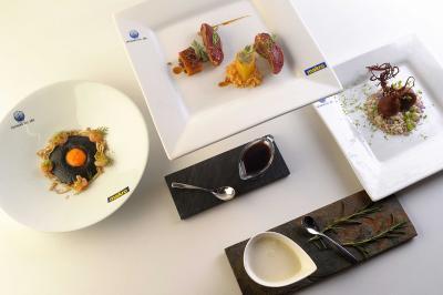 Huevo negro con angulas vegetales y gambas al ajillo; Pichón con cítricos y esen