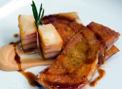 Cabrito deshuesado al horno con patata y bacon