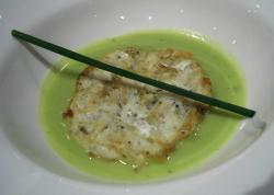 Tortilla de chanquetes sobre crema de guisantes