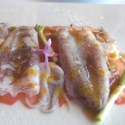 Calamar semicrudo al calor de la sal con carpaccio de tomate