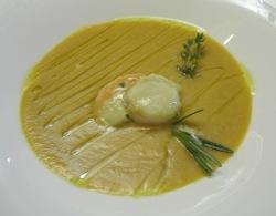 Vieira cocida en vino espumante sobre delicada crema de judías blancas de Pigna,