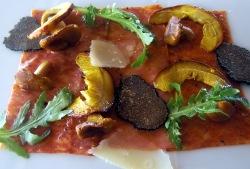 Carpaccio de pasta, piquillos e iberico con setas de temporada y parmesano