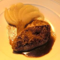 Foie gras a la plancha con abanico de pera al módena