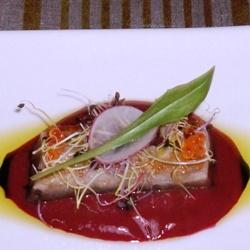 Atún marinado con salmorejo de cereza