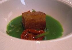 Papada de cerdo con licuado y juliana de judias verdes, trufa y tomate seco