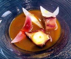 Pulpo con caldo de alubia roja y cebollas encurtidas
