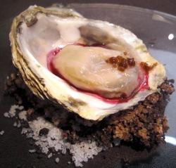 Ostra Gillardeau con remolacha, panceta y caviar de café