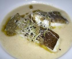 Trancio di merluzzo salato da loro su zuppa di cipolle e salsa di capperi