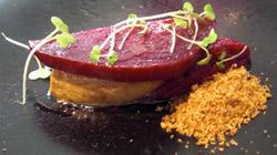 Foie gras a la plancha con remolacha cocida, azucar moreno caramelizado y migas