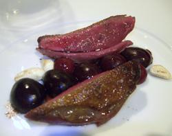 Pichón de Bresse con cerezas marinadas, vainilla, regaliz y chocolate