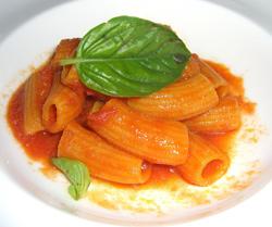 Pequeños macarrones con tomate y albahaca
