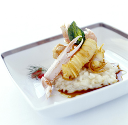Langostino en costra de patata con risotto de brotes de soja