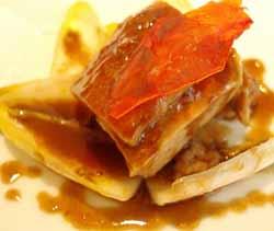 Filete de salmonete sobre endivia caramelizada y frutos secos del bosque