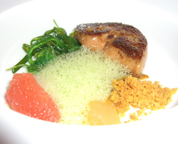 Foie gras con wakame y pomelo
