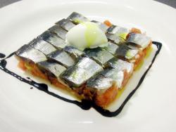 Tartar de tomate y cebolleta, sardinas curadas y vinagre de cava