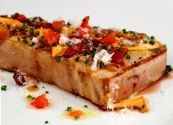 Ventresca de atún a la brasa con setas, tomate, mojama y manzana