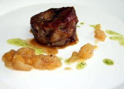 Pierna de lechazo rellena de mollejas y foie gras con chutney de verano