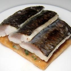 Regañá de sardinas ahumadas en hueso de aceitunas con piriñaca