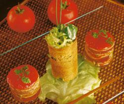 El flan de atún marinado con hierbas aromáticas, teja de pan y ensalada al aceit