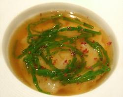 Calamar crudo sobre un puré con bouillabesa, caldo con wasabe y salicornia