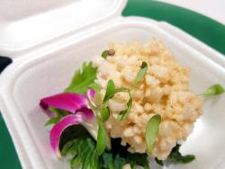 Sopa thai crujiente con hierbas y flores