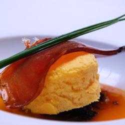 Espuma de huevo con ensalada de su yema, cebolla confitada y mojama de almadraba