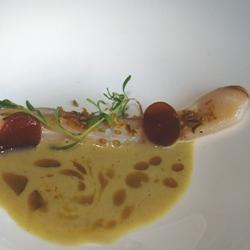 Sopa cremosa de navajas con regaliz y pistacho