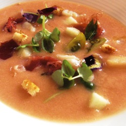 Sopa de tomate con jamón y albahaca, manzana y flores de romero