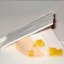 Merengue de romero y perlas de pasión con helado de café y plata